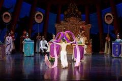 Long acte gainé de la danse de cour 1-The en second lieu : un festin dans le ` en soie de princesse de danse de ` palais-épique d Photo libre de droits