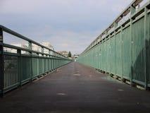 Long Asphalt Footpath avec la perspective verte de rampes en métal photo stock