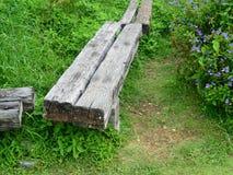 Long banc en bois dans le jardin Photographie stock libre de droits