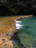 Long barrage naturel aux piscines de Semuc Champey Photo stock