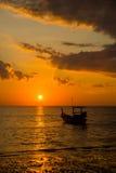 Long bateau coupé la queue au coucher du soleil Photos libres de droits