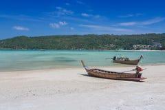 Long bateau coupé la queue sur la belle plage de sable Image libre de droits