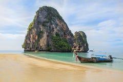 Long bateau et plage tropicale, mer d'Andaman, Thaïlande photo libre de droits