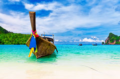 Long bateau et plage tropicale, Thaïlande Image stock