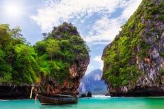Long bateau, roches sur Koh Hong Photographie stock