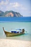Long bateau suivi photographie stock libre de droits