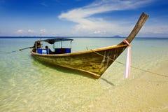 Long bateau suivi Images libres de droits