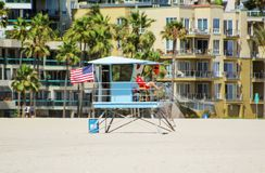 Long Beach, California/Estados Unidos - 26 de mayo de 2016: El salvavidas de la playa examina el público en la playa Fotos de archivo libres de regalías