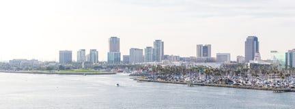 Long Beach California l'orizzonte del porto di U.S.A. con i grattacieli fotografia stock libera da diritti