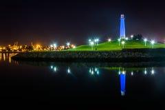Long Beach schronienia latarnia morska odbija przy nocą Obraz Royalty Free