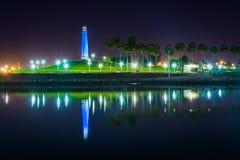 Long Beach schronienia latarnia morska odbija przy nocą Obraz Stock