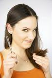 Long beeing de cheveu coupé avec des ciseaux par le hairstylist Photographie stock libre de droits