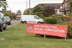 Long Buckby, R-U - 16 septembre 2018 : Vue de jour recrutant maintenant la bannière sur appel de sapeurs-pompiers au centre de vi image stock