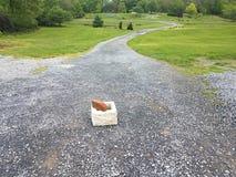 Long chemin de gravier avec le bloc et la brique de cendre photo stock