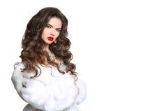 Long cheveu Belle femme dans le manteau de fourrure blanc de luxe de vison Fashio Images stock