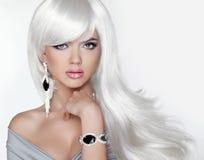 Long cheveu Fille blonde de mode avec la coiffure onduleuse blanche Expensi Image libre de droits