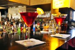 Long cocktail avec la boisson alcoolisée et l'orange rouges images stock