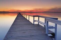 Long coucher du soleil de jetée photographie stock