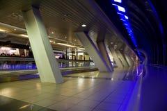 Long couloir avec des hublots et des afficher-hublots Images stock
