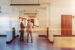 Long couloir d'hôtel ou de bureau avec beaucoup de portes, hommes photo libre de droits