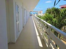 Long couloir d'une station de vacances tropicale avec la vue de mer à l'extrémité Image stock