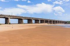 Long croisement d'océan de rivière de pont photos libres de droits