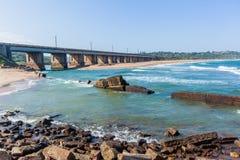 Long croisement d'océan de rivière de pont photos stock