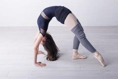 Long danseur classique de cheveux sur des proces de formation photo libre de droits