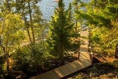 Long escalier extérieur à un dock Images stock