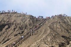 Long escalier sur le sable noir sur le mur du volcan de bromo Image stock
