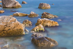 Long exposure shot of stones on the sea Royalty Free Stock Photos