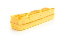 Long gâteau mousseline doux sur le blanc photographie stock libre de droits
