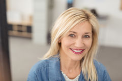 Long-haired blond woman smiling at camera Royalty Free Stock Photos