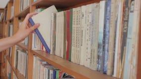 Long hall de bibliothèque avec les bibliothèques en bois clips vidéos