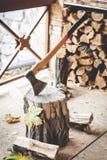 Long-handled να κολλήσει τσεκουριών στο κολόβωμα δέντρων Στοκ φωτογραφίες με δικαίωμα ελεύθερης χρήσης