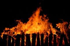 Long incendie avec le charbon de bois Images libres de droits
