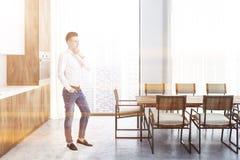 Long intérieur de cuisine de table, homme photographie stock