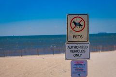 LONG ISLAND, ΗΠΑ, 04 ΑΠΡΙΛΊΟΥ, 2018: Υπαίθρια άποψη του πληροφοριακού σημαδιού να μην επιτρέψει τα κατοικίδια ζώα και το όχημα πο Στοκ εικόνα με δικαίωμα ελεύθερης χρήσης