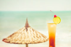 Long Island-cocktail met vruchten decoratie bij tropisch strand Royalty-vrije Stock Afbeeldingen