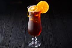 Long Island Lodowej herbaty koktajl na czarnym tle obrazy royalty free
