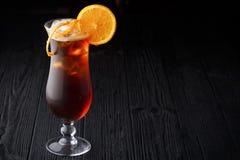 Long Island Lodowej herbaty koktajl na czarnym tle Zdjęcie Royalty Free