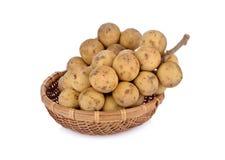 Long-kong frais entier en fruit en bambou de panier sur le fond blanc Images stock