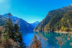 Long lac, Jiuzhaigou, au nord de province de Sichuan, la Chine Photo stock