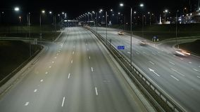 Long laps de durée d'exposition du trafic de nuit à Vilnius, Lithuanie banque de vidéos