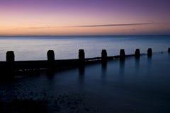 Long lever de soleil renversant d'exposition au-dessus de mer calme Image libre de droits