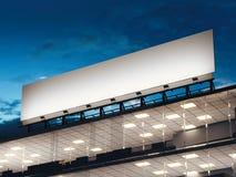 Long panneau d'affichage blanc se tenant sur un immeuble de bureaux rendu 3d Photographie stock