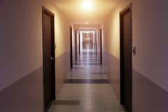 long passage couvert à la propriété de résidence photographie stock