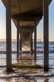 Long pilier dans le ressac Photographie stock libre de droits