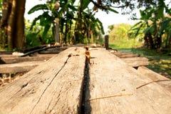 Long plancher en bois sur un fond naturel photos libres de droits