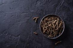 Long poivre noir dans la cuvette en métal sur le fond en pierre foncé Foyer sélectif Photos libres de droits